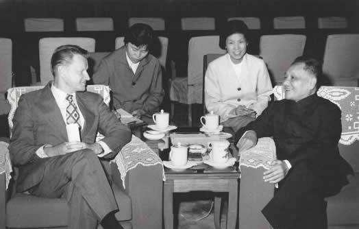 Zbig­niew Brzezinski (left) and Deng Xiaoping (right) — 1979