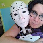 Kvinde forelsker sig i robot, vil gifte sig med den