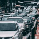 Nicht parkende fahrerlose Autos verstopfen die Straßen der Stadt