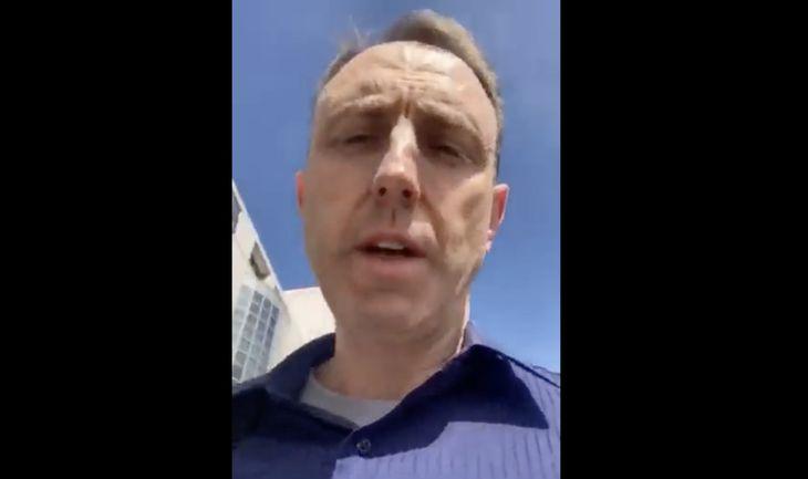 COVID Säuberung: Doktor vom renommierten UCLA Medizin Center wird vom Sicherheitsdienst eskortiert, da er die Impfung verweigert (Video)